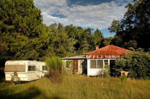 possum-point-road-cox-ga-abandoned-pyramidal-roof-vernacular-architecture-overgrown-grass-camper-image-pictures-photo-copyright-brian-brown-vanishing-coastal-georgia-usa-2011