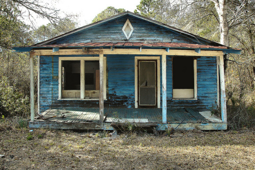 meridian-ga-mcintosh-county-abandoned-blue-vernacular-clapboard-frame-house-diamond-air-vent-picture-image-photograph-©-brian-brown-photographer-vanishing-coastal-georgia-usa-2012